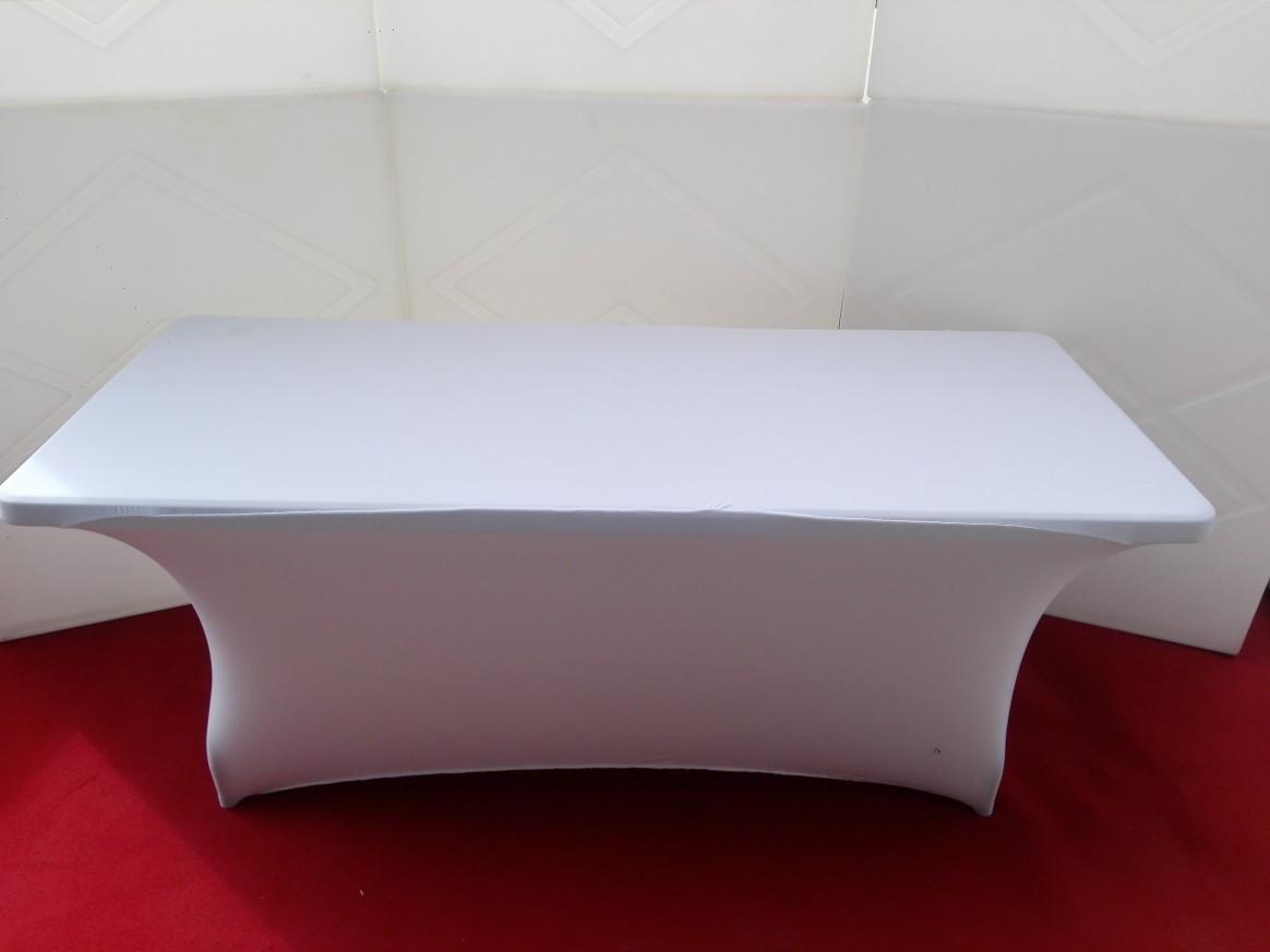 Правоъгълна маса с покривка или стреч